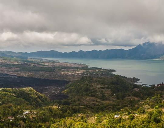 Lago Batur En Un Cráter Del Volcán, Bali